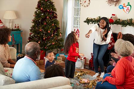 Immagine che ritrae una famiglia intenta a fare un gioco tutti insieme nel soggiorno durante il Natale