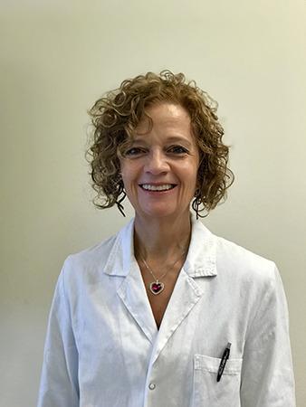 Immagine che ritrae una esperta dermatologa sorridente