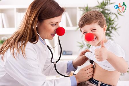 immagine che mostra una dottoressa col naso da clown visitare un bambino