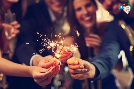 Immagine che mostra degli amici che si divertono all'ultimo dell'anno con stelline