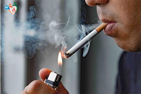 immagine che mostra un signore nell'atto di fumare una sigaretta