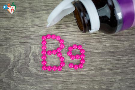 Immagine che mostra un flacone pieno pillole di acido folico che formano la scritta B 9