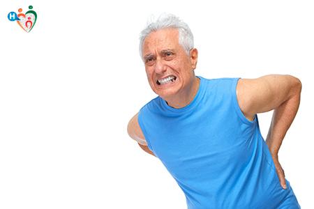 L'immagine mostra un anziano piegato leggermente in avanti nell'atto di soffrire per un dolore muscolare