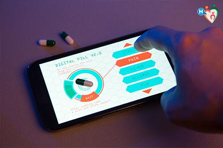 Immagine che mostra un paziente mentre col proprio smartphone controlla le pillole e la loro azione