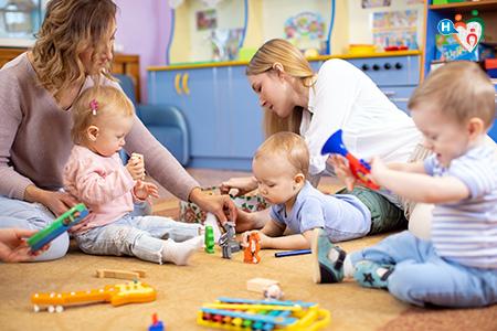 Immagine che mostra delle mamme mentre giocano con i loro figli
