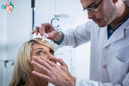 immagine che mostra il dottore mentre visita e mette il collirio alla paziente