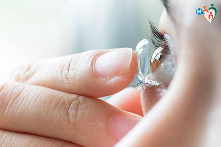immagine che mostra una ragazza inserire una lente a contatto nell'occhio