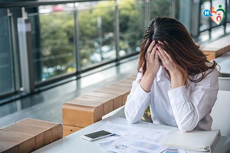immagine che mostra una donna in preda all'ansia
