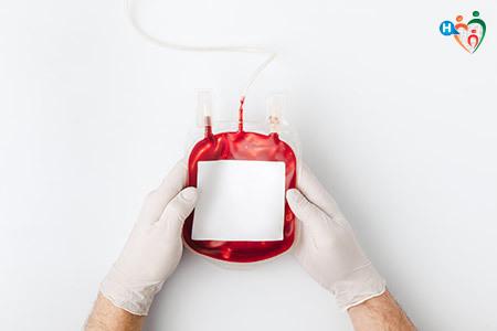 immagine di una sacca contenente sangue maneggiata da un infermiere