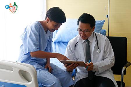 Immagine che mostra un dottore mentre visita un paziente seduto sul lettino